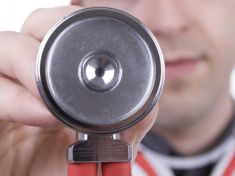 Mężczyzna ze stetoskopem