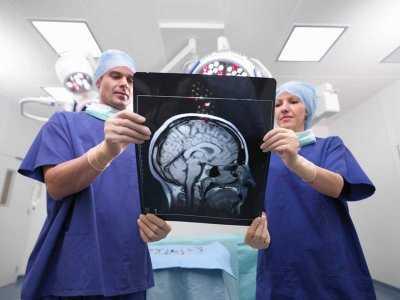 Skuteczna terapia dwóch pacjentek z nawracającym rakiem piersi z przerzutami do mózgu.