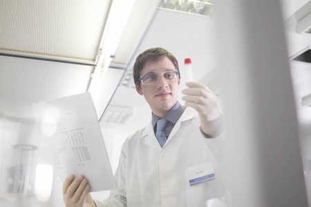 Mężczyzna w laboratorium