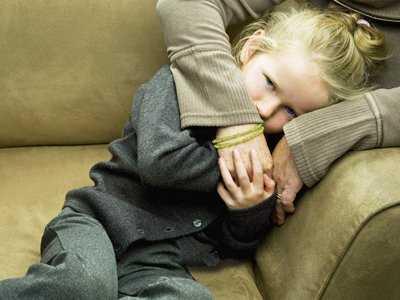 Gdy umiera jedno z rodziców: co czuje dziecko? Jak z nim rozmawiać?
