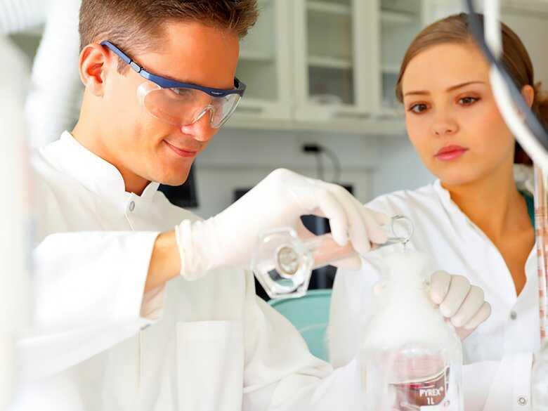Lekarze badający próbki