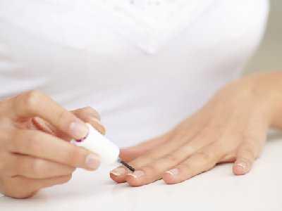 Białe plamki na paznokciach - objawy, diagnoza, leczenie