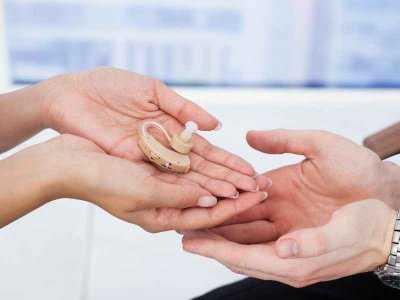 Jak przebiega operacja zakładania implantu ślimakowego?