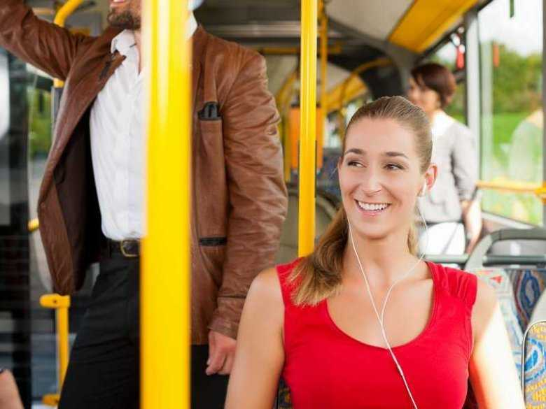 Kobieta podróżująca komunikacją miejską