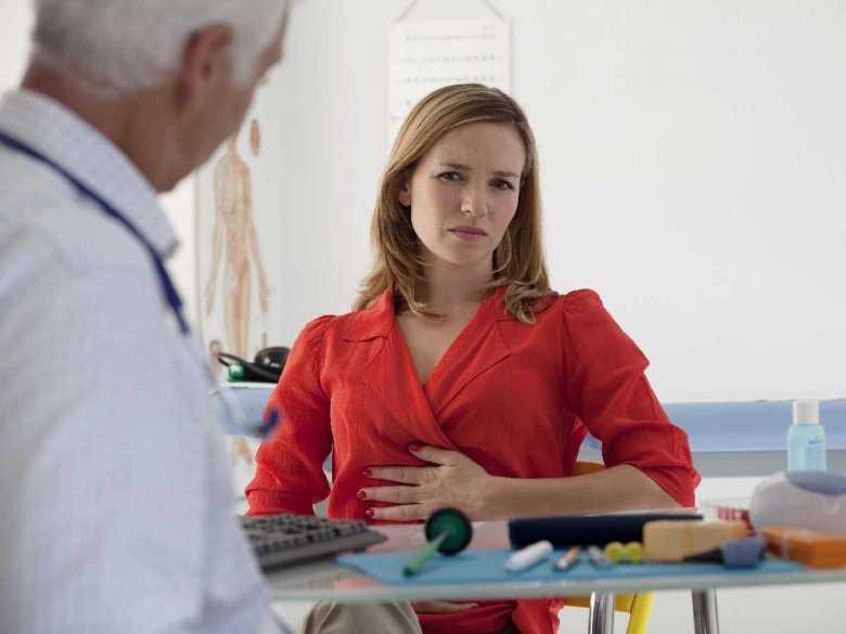 Pacjentka z bólem brzucha w gabinecie lekarskim