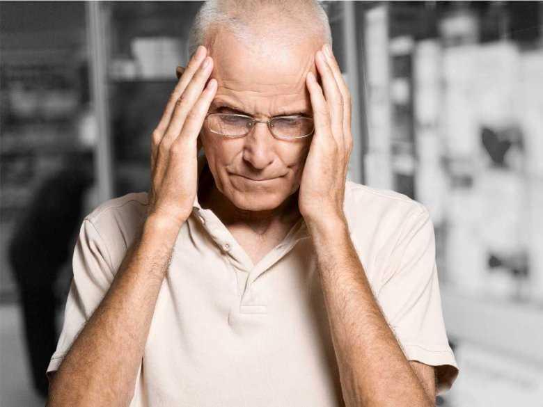Ból głowy u starszego mężczyzny