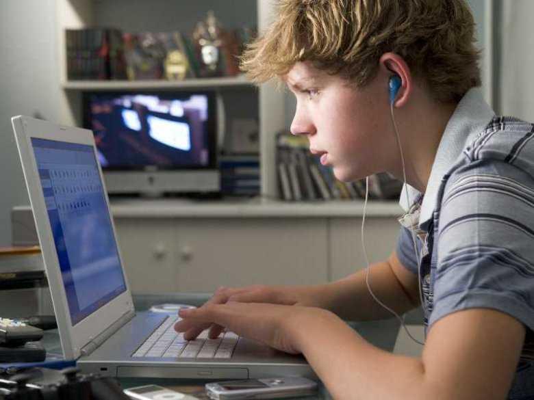 Internet a dobrostan psychiczny, kontakty z rówieśnikami i tożsamość