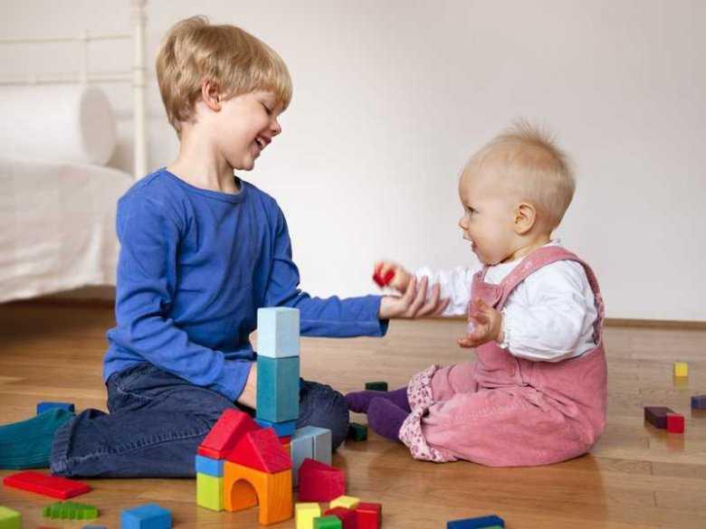"""Gdy pozycję najmłodszego zajmuje ktoś inny, czyli jak może zachowywać się starsze dziecko """"obdarowane"""" rodzeństwem i jak mu w tym pomóc..."""