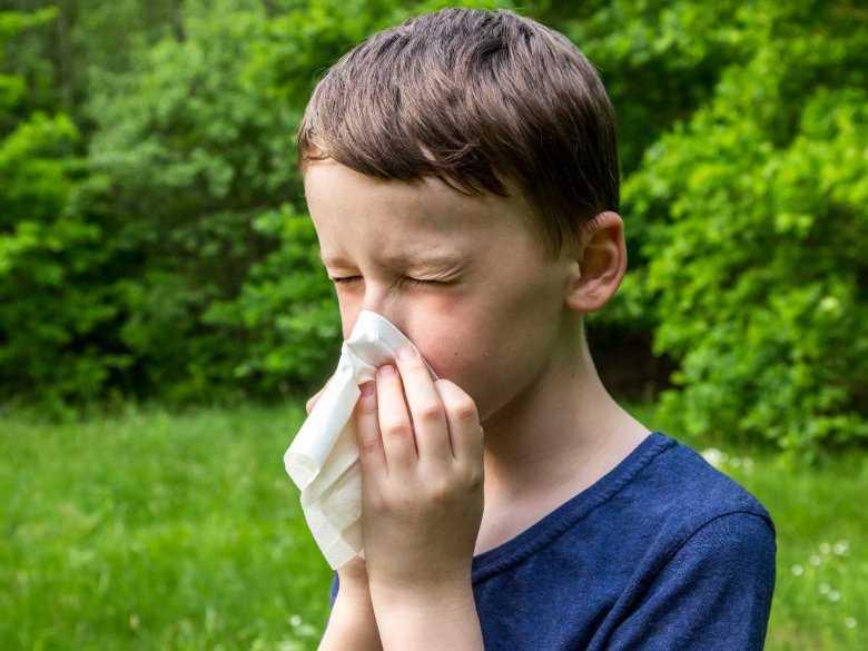 Chłopiec z alergicznym nieżytem nosa