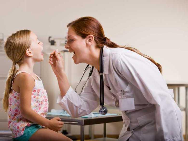 Badanie gardła u dziecka
