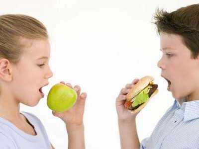 Czy można bezpiecznie podawać fast-food dzieciom?