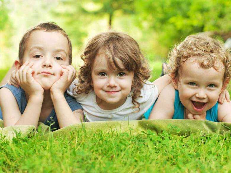 Dzieci bawiące się poza domem