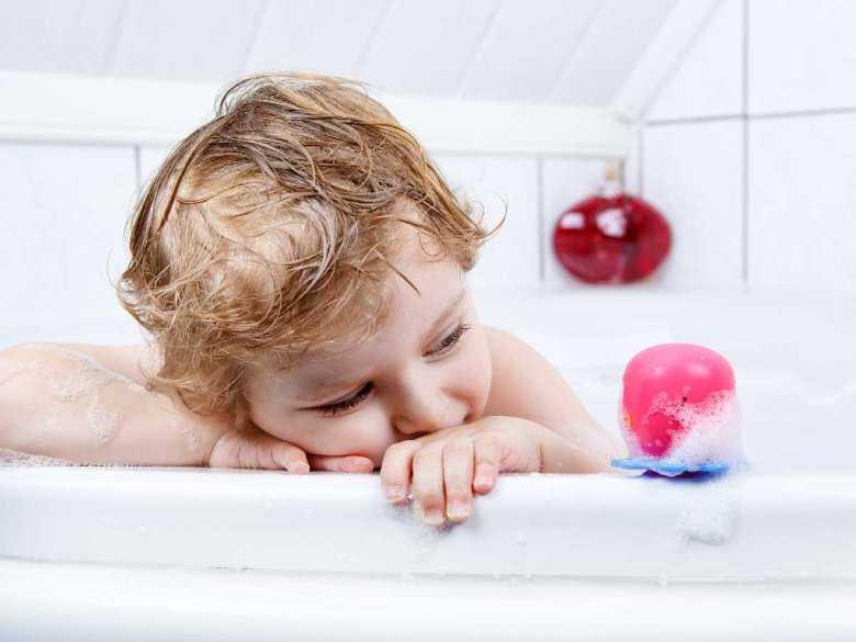 Kąpiące się dziecko