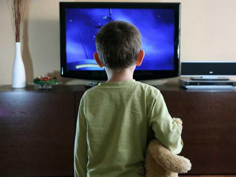 Oglądanie filmów ukazujących przemoc a skłonność dzieci do jej stosowania