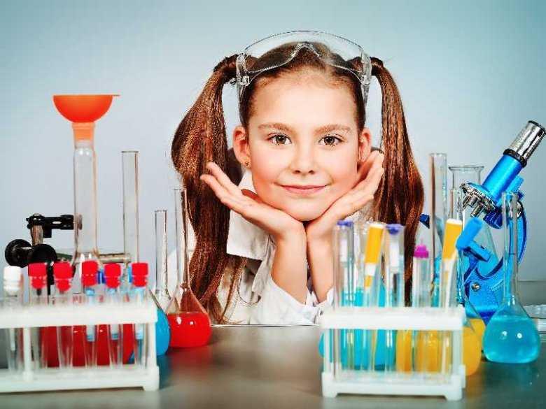 Dziecko robiące eksperymenty