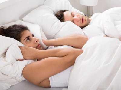 Chrapanie przeszkadza nie tylko partnerowi w sypialni, ale i szkodzi sercu