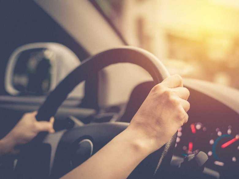 Mężczyzna prowadzący samochód