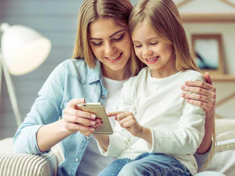 Dziecko obsługujące telefon