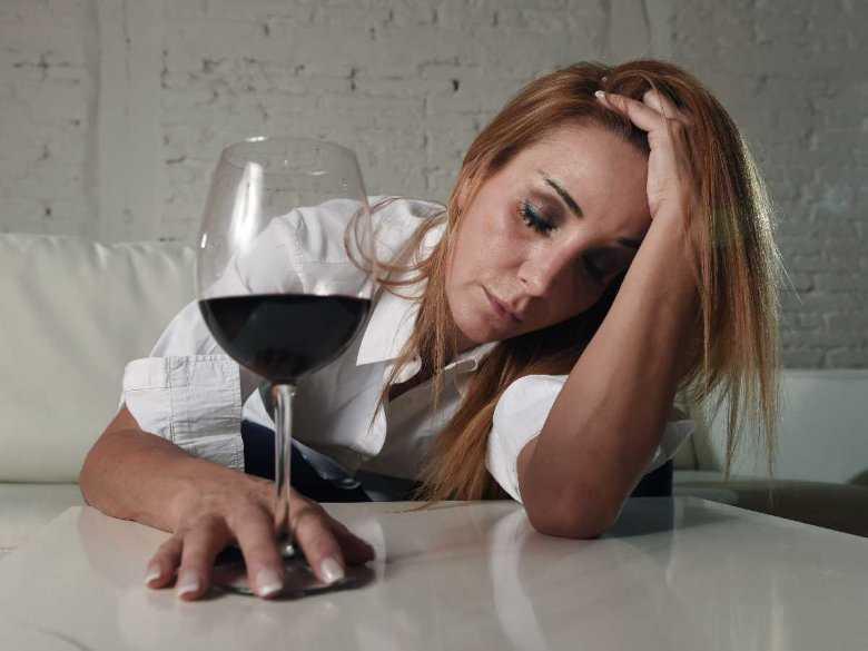 Kobieta spożywająca alkohol