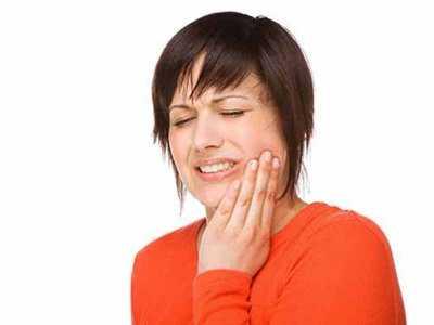 Złamany ząb i ciemne dziąsło