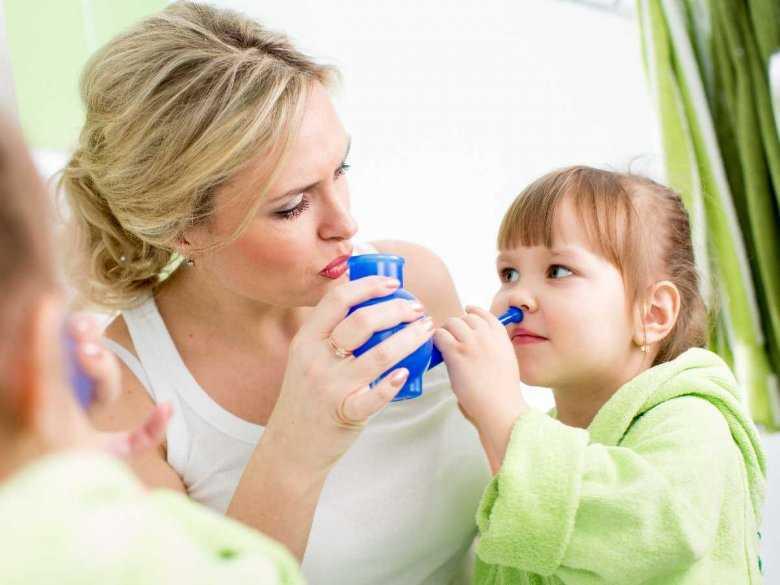 Matka wykonująca inhalację dziecku