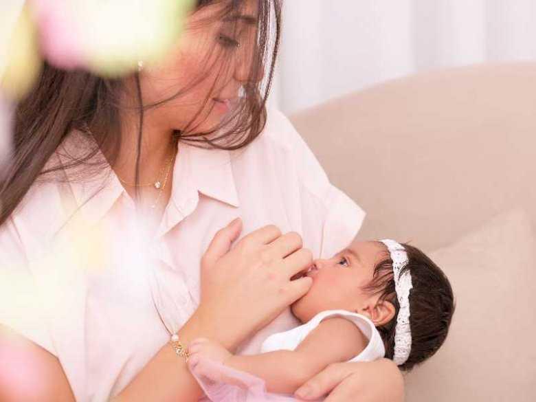 Inteligencja dziecka wypijana z mlekiem matki - prawda czy mit?