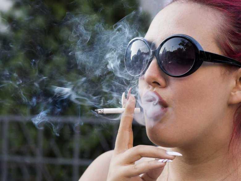 Kobieta paląca papierosa
