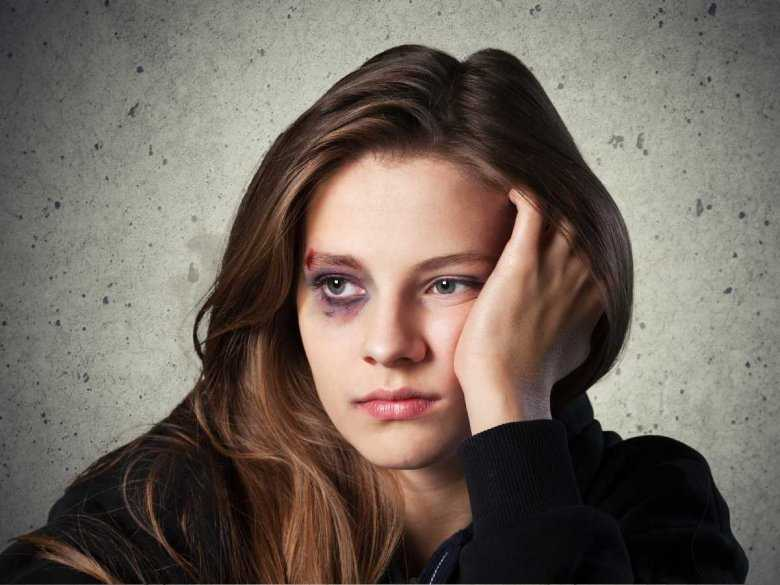 Skutki przemocy doznawanej przez nastolatki od ich partnerów