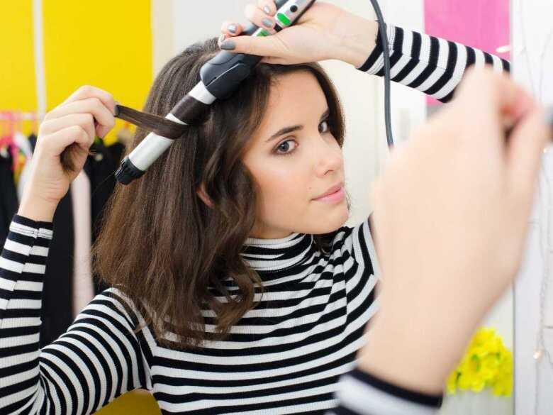 Kobieta układająca włosy