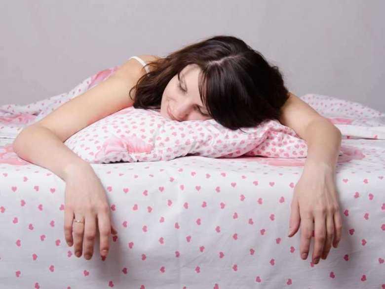 Zmęczona kobieta pogrążona w śnie