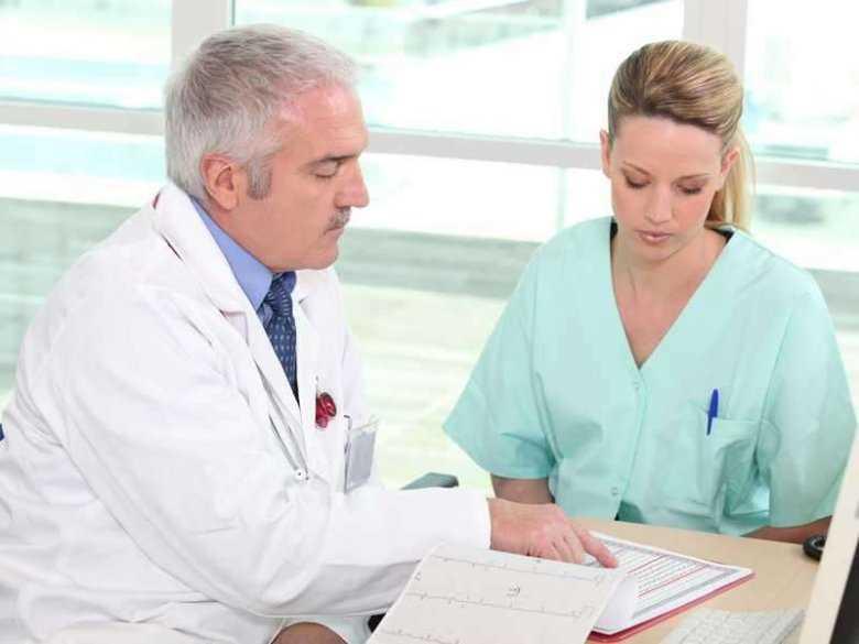 Konsultacja pomiędzy lekarzem i pielęgniarką