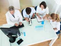 lekarze_badanie_labolatorium_mikroskop_shutterstock_124303231