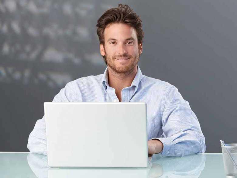 Mężczyzna pracujący w biurze