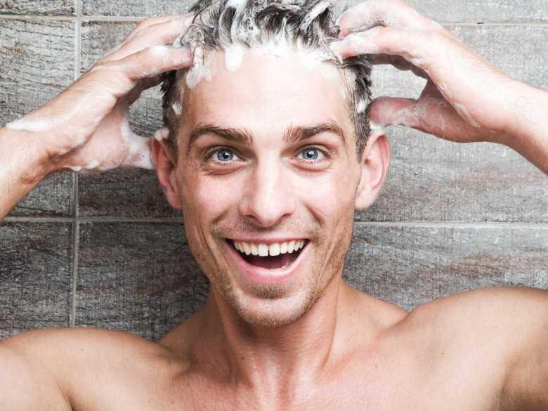 Mężczyzna dbający o włosy, mycie włosów