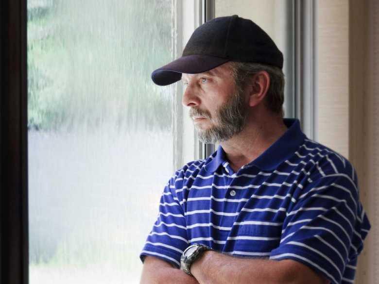 Mężczyzna przejawiający objawy depresji