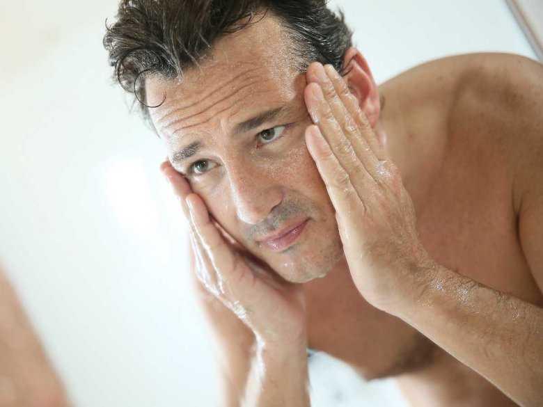 Niższy poziom przeciwutleniaczy może tłumaczyć wyższe ryzyko raka skóry u mężczyzn
