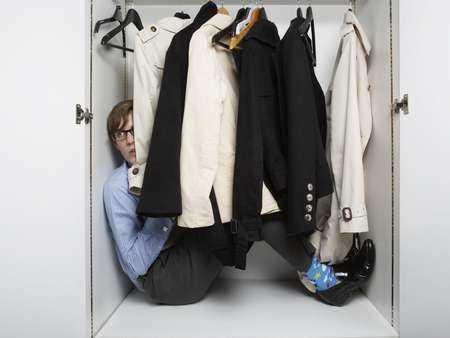 Mężczyzna w szafie