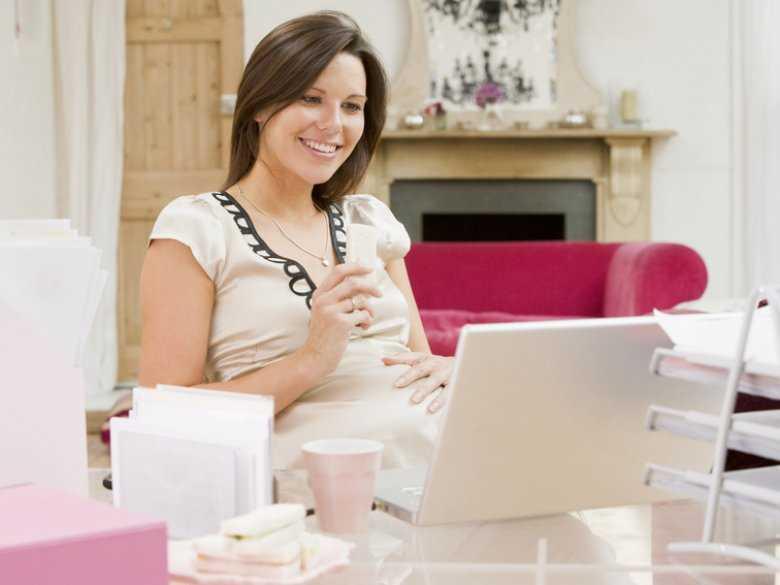Kobieta w ciąży w pracy