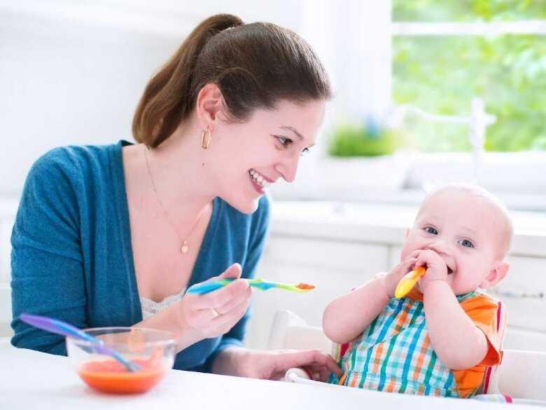 Co oznacza częste wystawianie języka przez niemowlaki?