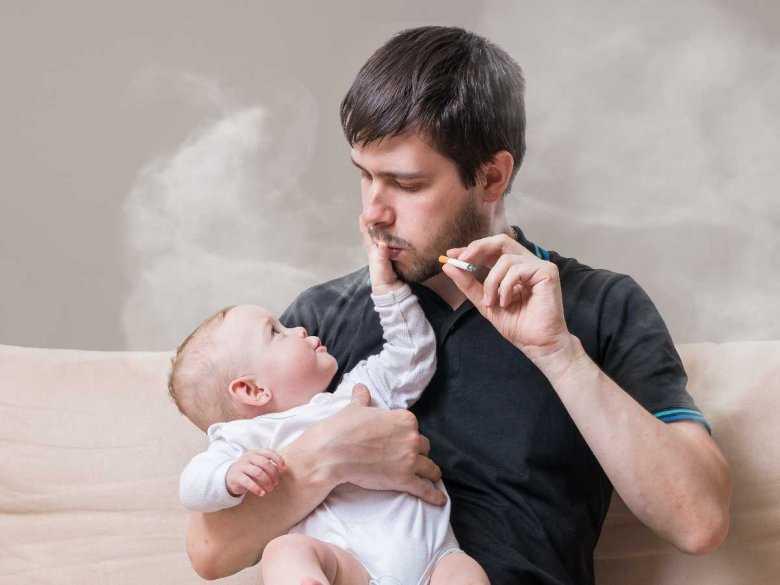 Palenie papierosów przy małym dziecku