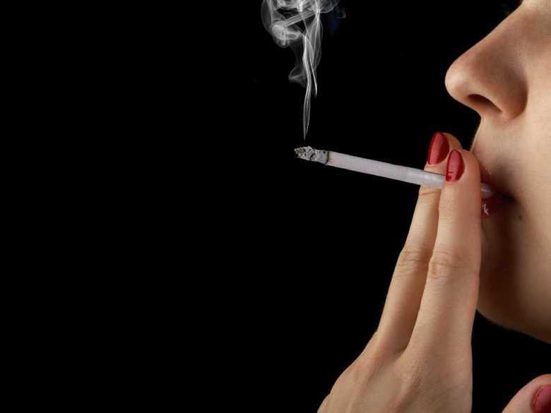Kobieta paląca papierosy