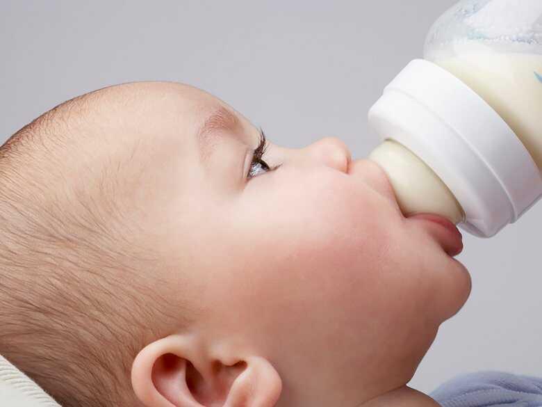 Karmienie dziecka mlekiem z butelki