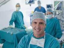 pe0068484_lekarze_sala_operacyjna_lekarz_chirurg_maska_czepek_ojoimages_cr