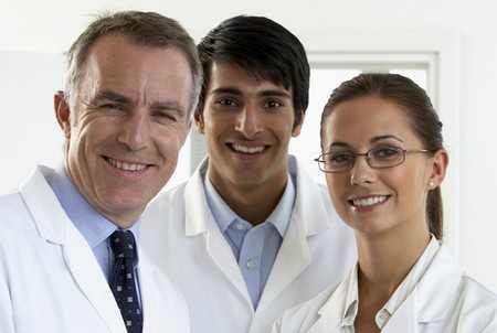 pe0069007_mezczyzni_kobieta_lekarz_lekarze_usmiech_ojoimages_cr