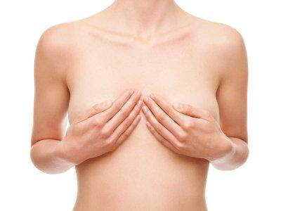Czy czerwona wysypka, plamki na piersiach powinny zaniepokoić?