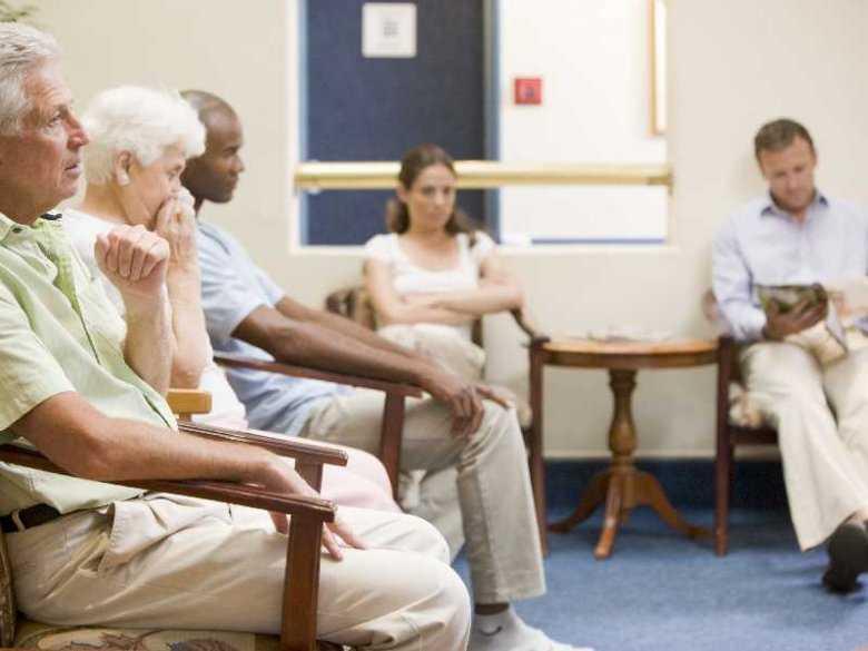 Pacjent oczekujący na lekarza w poczekalni