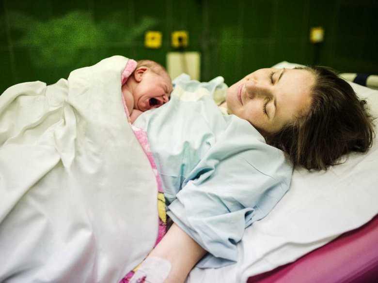 Poród naturalny i cesarskie cięcie – konsekwencje na pierwszym etapie życia dziecka