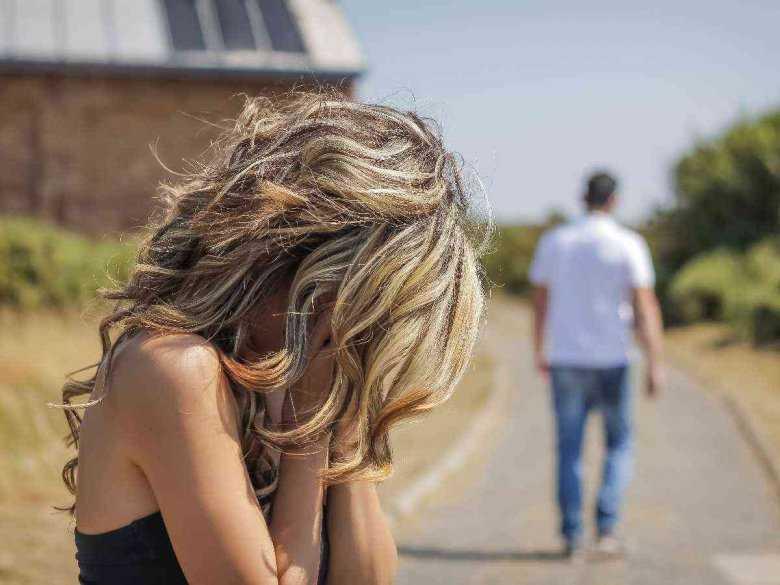 Kobieta płącząca z powodu rozstania