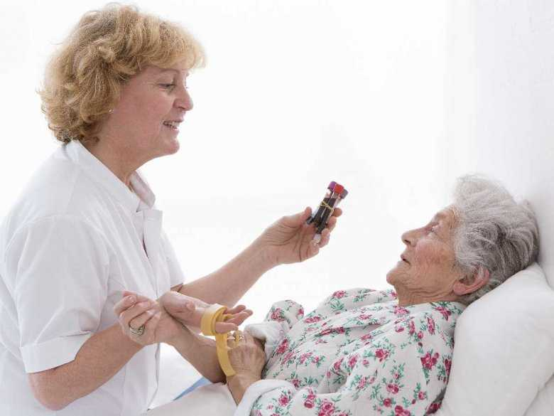 Pobieranie krwi od starszej osoby