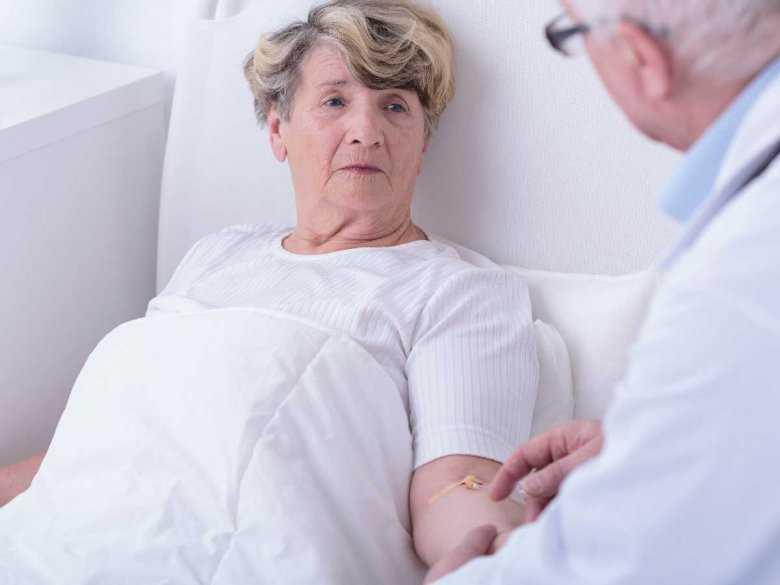 Starsza pacjenta w szpitalu